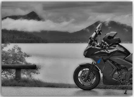 Postkarte Motorrad am nebeligen See